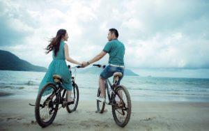Couple vélo - sur plage
