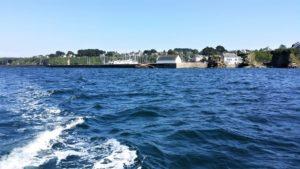 Port Tudy s'éloigne dans notre sillage